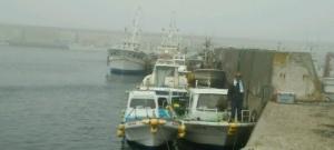 釣り船「あさみ丸」は右側。船長のお見送りを受けて・・・。