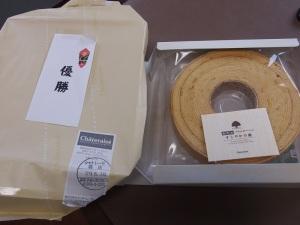 駒ヶ岳山麓倶楽部の夏季ダブルス大会で、三枝子さんがN田さんと組んで、見事優勝したんだってさ!?