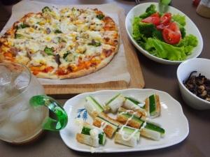 今宵のメニューは、三枝子さん特製ピザで、ロング缶プッハ~のあと、ハイボール♪
