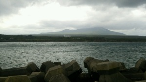 駒ヶ岳が雨雲で霞む・・・。風と波・・・。